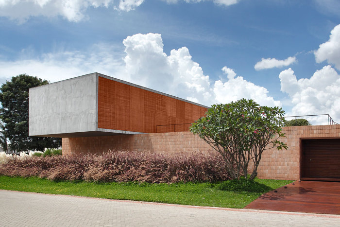 Fachada moderna com tijolo a vista 2
