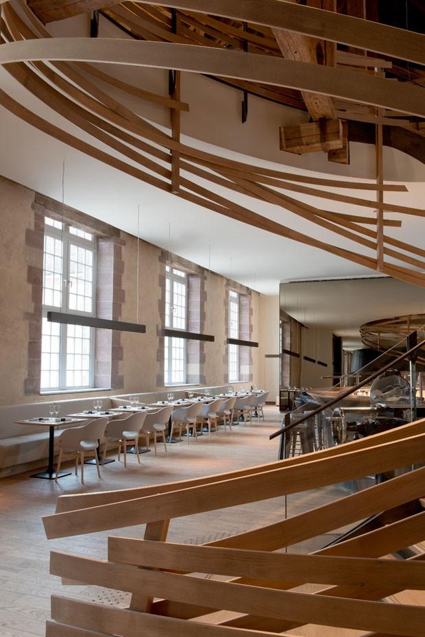 le_haras_brasserie mesas e escadas