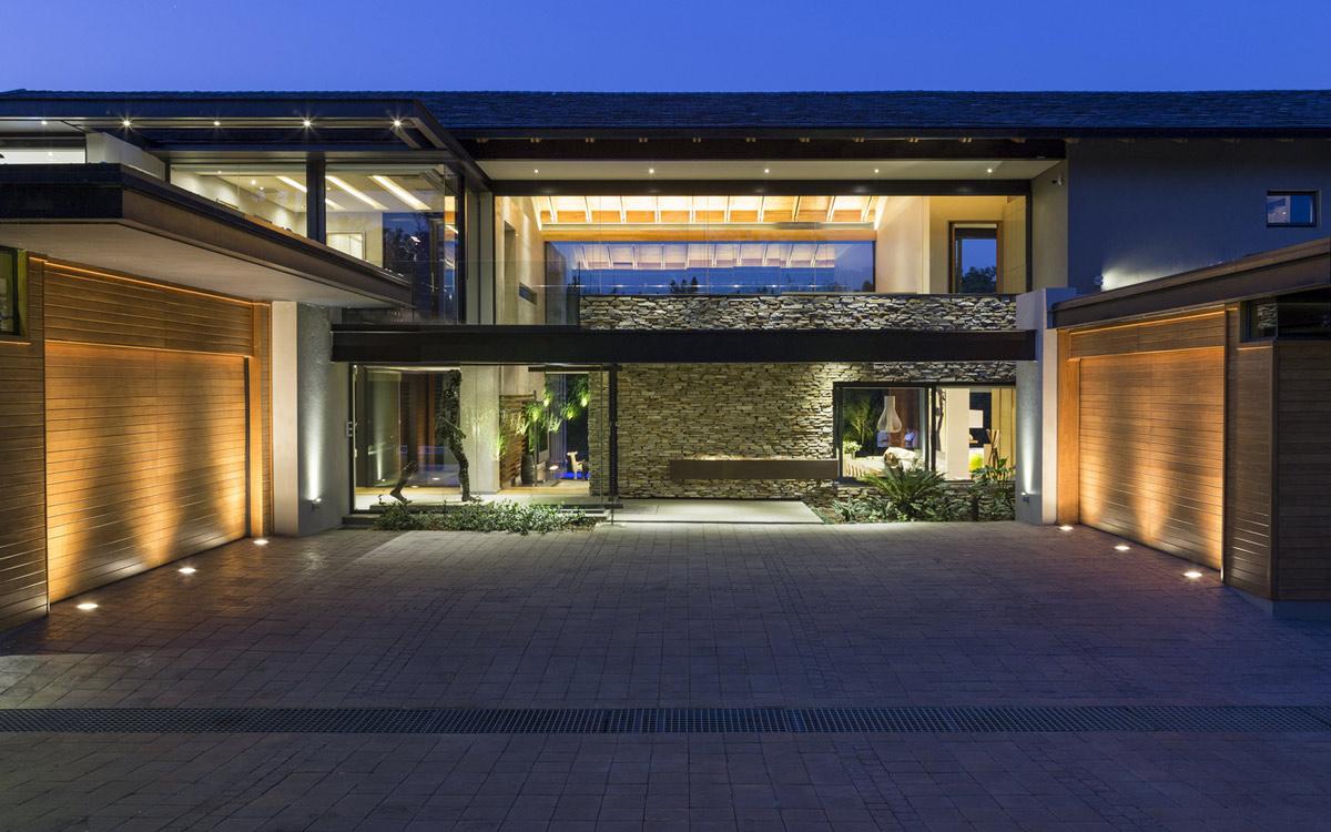 linda casa moderna de fazenda com parede de vidro