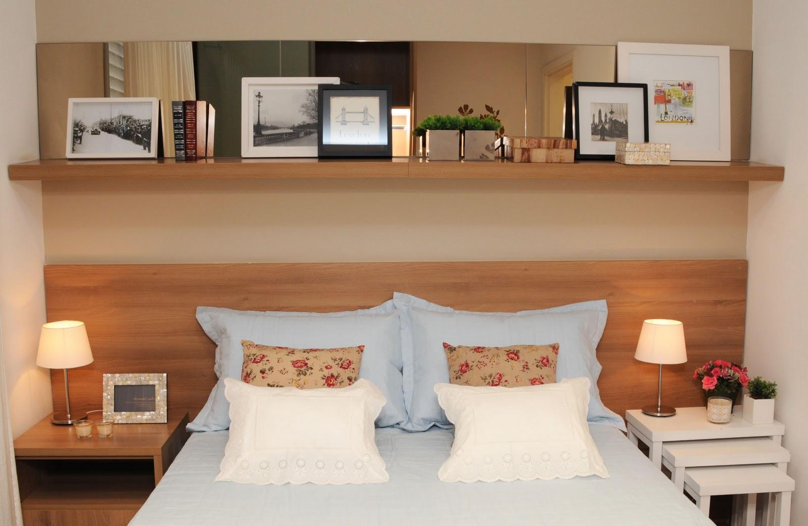 quarto com cabeceira de cama e espelho