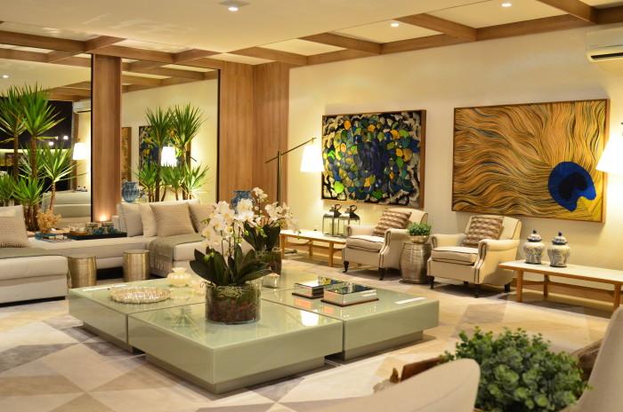 sala linda neutra decoração quadros pavão e madeira