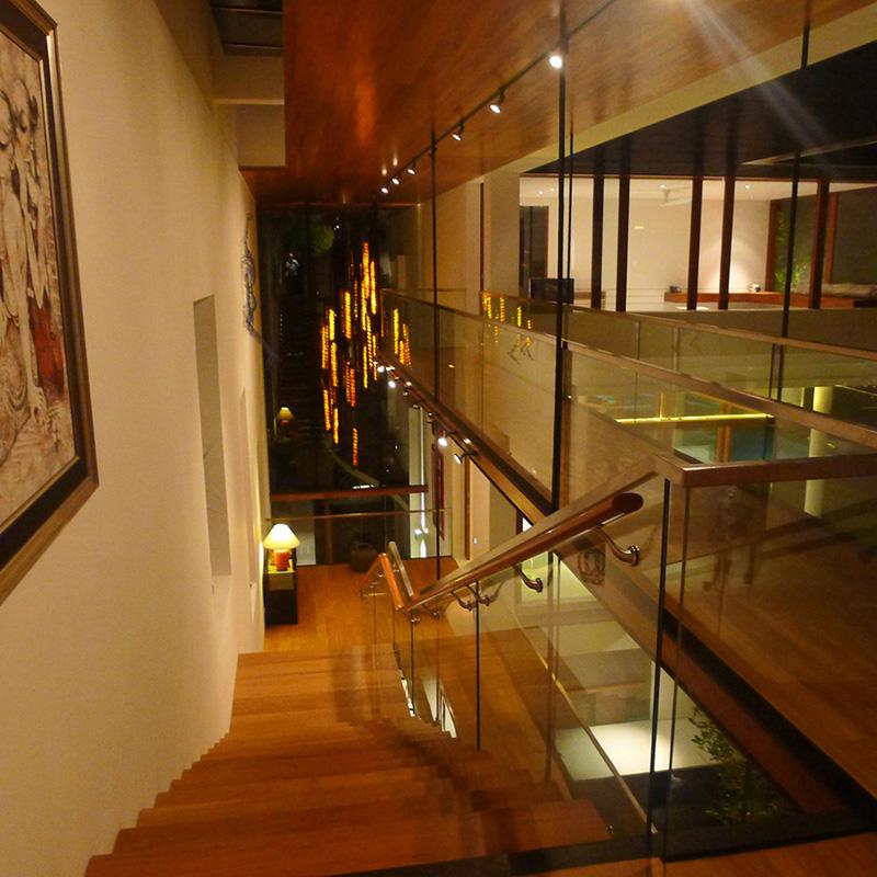 escada madeira e vidro