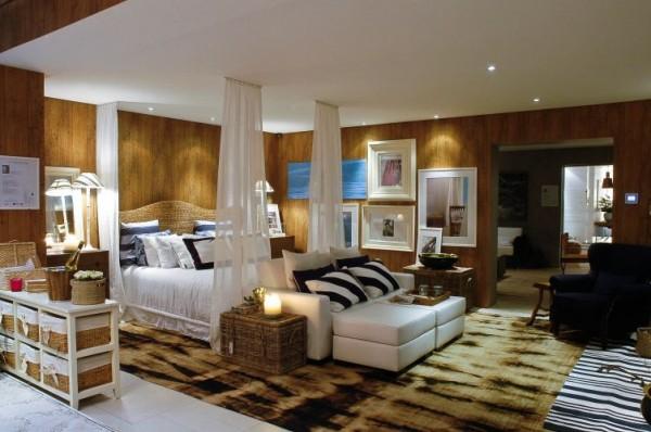 quarto com madeira e quadros na parede