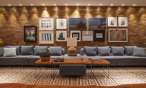 tapete bege e branco estampa geometrica sofa cinza