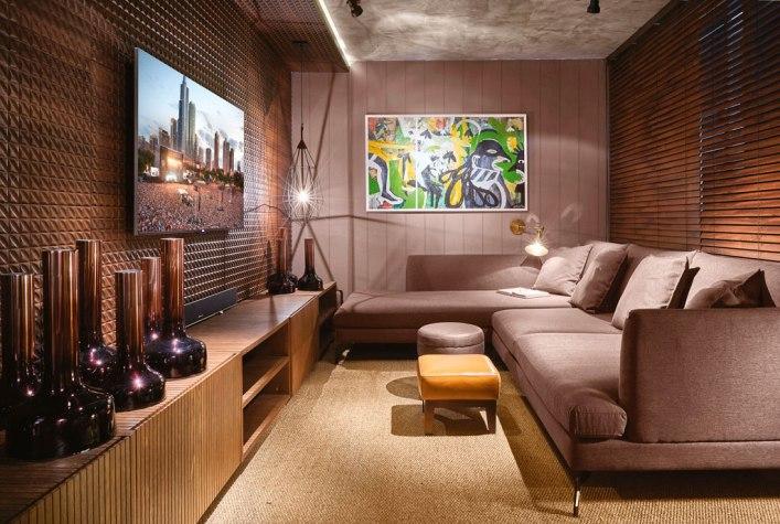 sala de tv marrom decoração