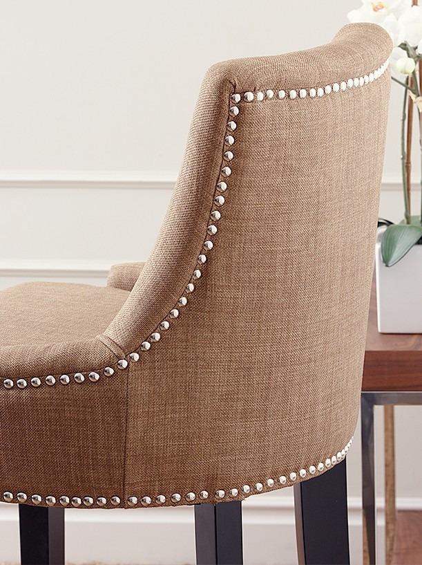 cadeira com tachinhas