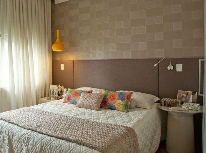quarto sala com papel de parede bege