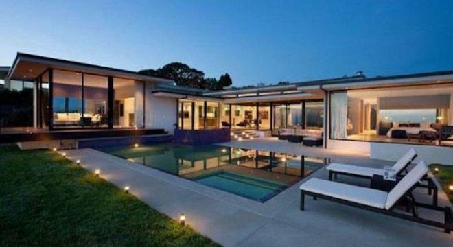 Casa linda com piscina e vidro